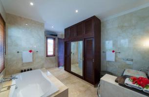 Villa-Kalimaya-II-First-floor-guest-bedroom-ensuite