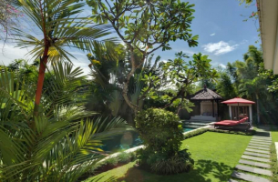 Villa-Kalimaya-II-Manicured-lawn