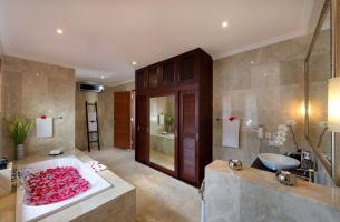 Villa-Kalimaya-IV-Upstairs-guest-bedroom-one-ensuite