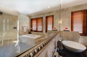 Villa-Kalimaya-IV-Upstairs-guest-bedroom-two-ensuite